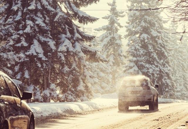 交通手段 冬の雪道と車